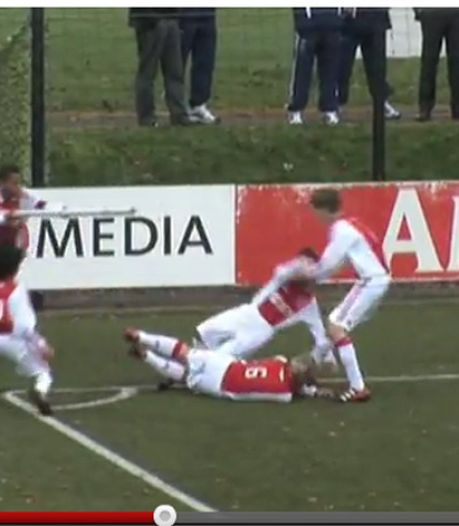 D'tjes Ajax vieren goal met cornervlag als mitrailleur