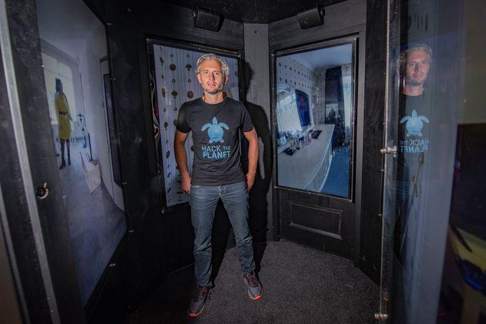 Tim van Deursen bezoekt het huis van Malika via de installatie 'Achter de voordeur'.