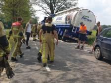 Vrachtwagen vol veevoer raakt van weg en zorgt voor flinke overlast bij Beckum