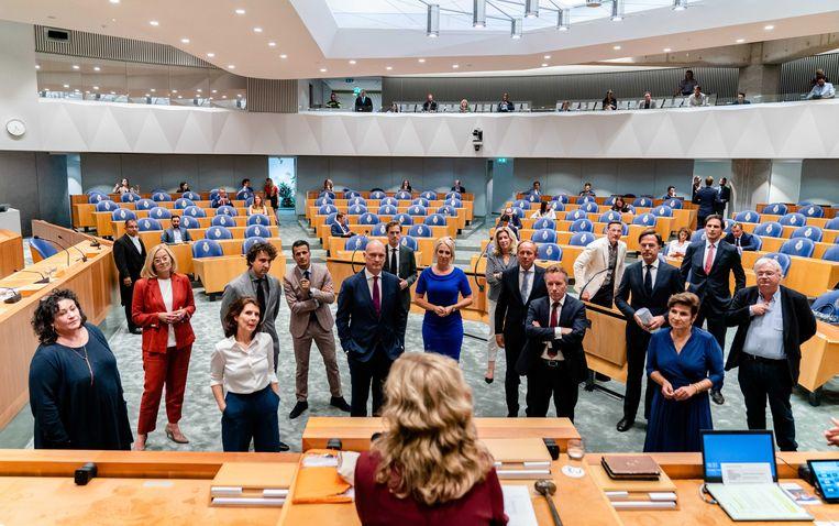 Kamervoorzitter Vera Bergkamp (op de rug)  in gesprek met de fractievoorzitters tijdens het debat over het eindverslag van informateur Mariette Hamer, vorige week. Beeld ANP