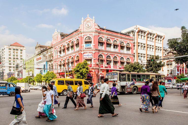 De koloniale pracht en praal herinnert aan de glorietijd van Yangon. Voor de militaire dictatuur in 1962 werd gevestigd was Myanmar de op één na meest welvarende economie van Azië. Beeld Yvonne Brandwijk
