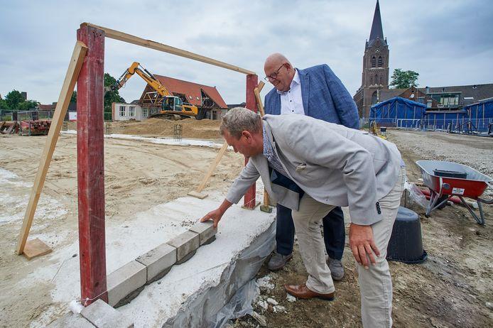 Wethouder Brands en Marcel Bongers metselen de eerste stenen van het dorpshuis in Zeeland