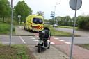 Op een rotonde in Uden zijn een auto en een scootmobiel met elkaar in botsing gekomen.