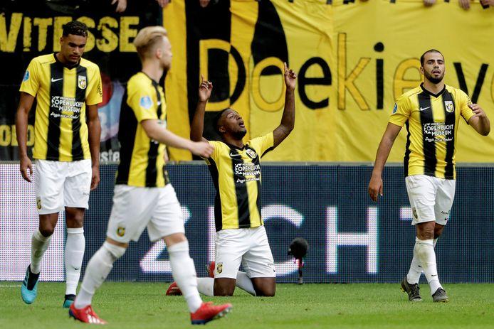 Riechedly Bazoer viert zijn doelpunt in de thuiswedstrijd tegen Ajax vorig seizoen (2-2).