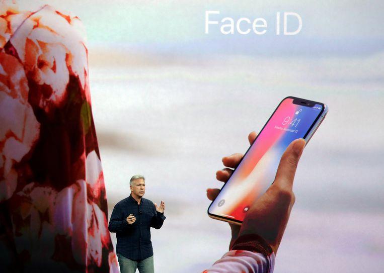 Apple-topman Phil Schiller bij de voorstellen van de nieuwe iPhone X. Beeld AP