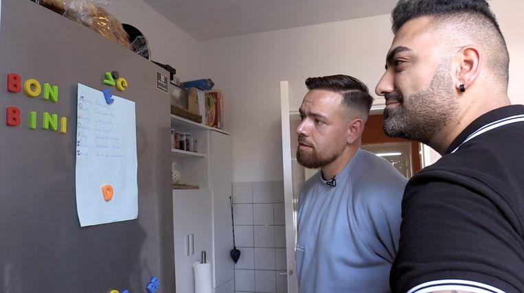 Berkant Dural met zijn beste vriend Steven Kwik in het huis van Zuhely Lomp en haar drie kinderen voor hun huis in Tilburg. (seizoen 6, aflevering 3). Beeld