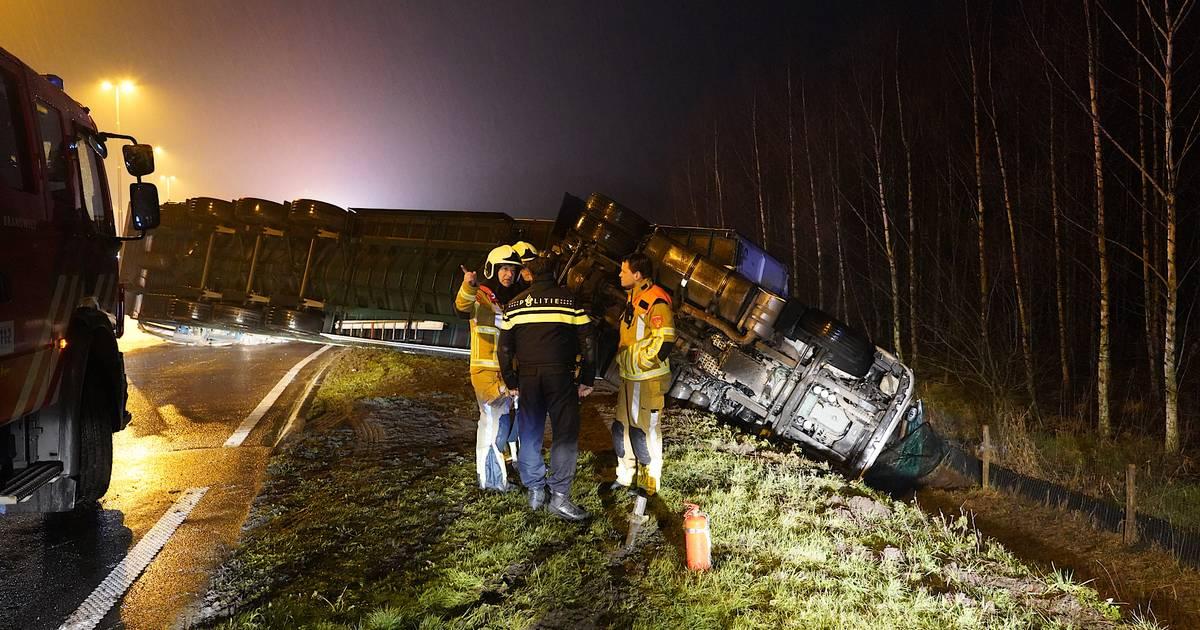 Vrachtwagen vol pallets gekanteld in Gilze, weg dicht.