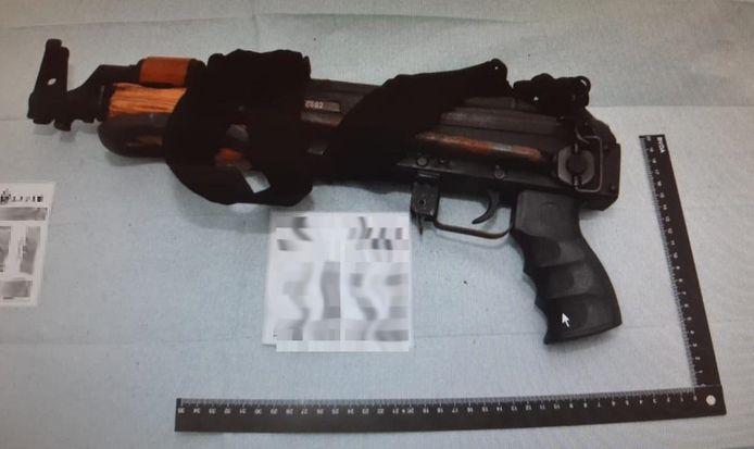 Een van de zware wapens die werden gevonden bij het kampje in Oss.