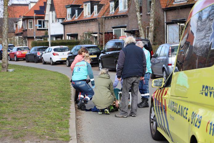 Ambulancepersoneel verleent eerste hulp