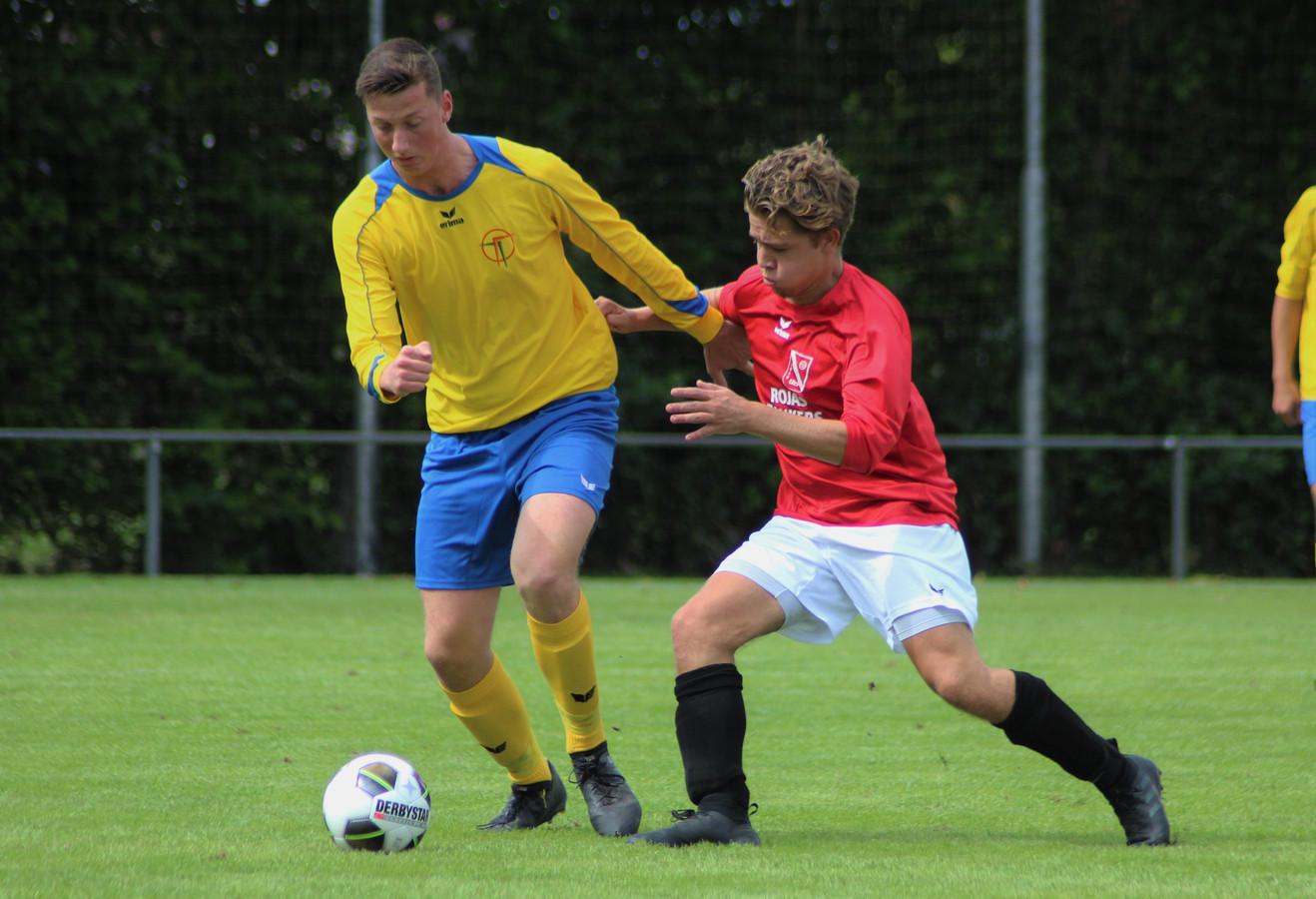 Hoedekenskerke/Kwadendamme (in het gele shirt) in actie tegen Wemeldinge op het Zeeland Assurantiën Toernooi in Heinkenszand. De combiclub won dat toernooi.