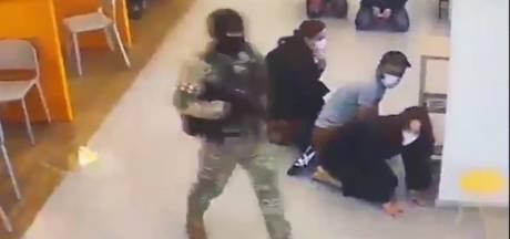 Overvaller gijzelt 43 mensen in bank en vlucht met enkele gijzelaars en 500.000 dollar