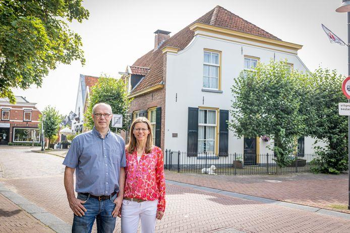 """Chera Bekker en Petra Hegeman zijn blij met hun ruime huis in hartje Borne. """"Dat er een bijzondere geschiedenis aan vastzit maakt het alleen maar interessant."""""""