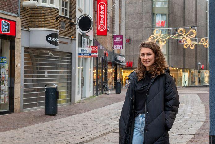 Manouk van Dijk in de Janssstraat in Arnhem.
