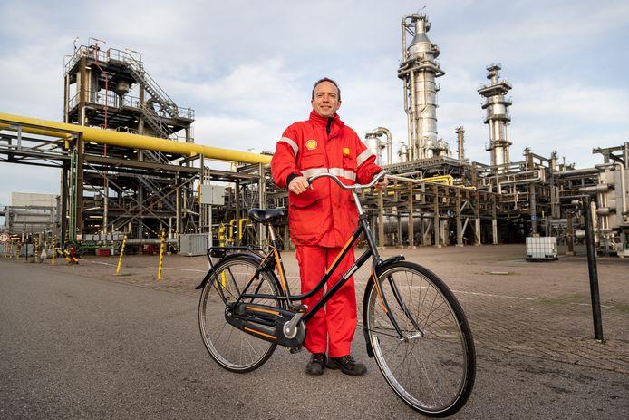 Directeur Richard Zwinkels geef, op de fiets, een rondleiding op het terrein van Shell Moerdijk.