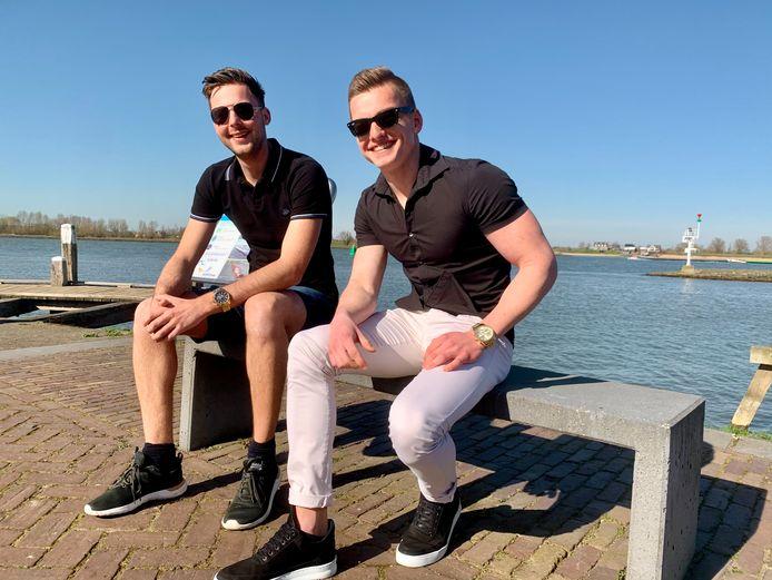 Daniel den Bleker en Stefan Zijnstra uit Werkendam gaan geregeld even naar Woudrichem om en ijsje te eten.