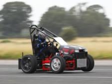 's Werelds snelste grasmaaier haalt 230 kilometer per uur