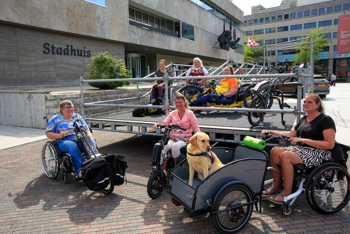 Rolstoelers op de tijdelijke hellingbaan bij het Eindhovense Stadhuis die