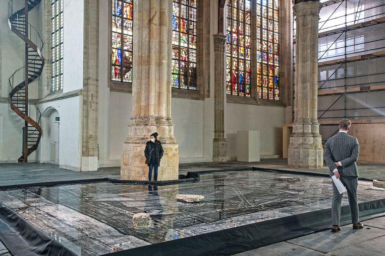 De Oude Kerk in Amsterdam is geopend voor een contemplatieve wandeling langs een installatie van de Argentijnse kunstenaar Aimée Zito Lema.  Beeld Guus Dubbelman / de Volkskrant