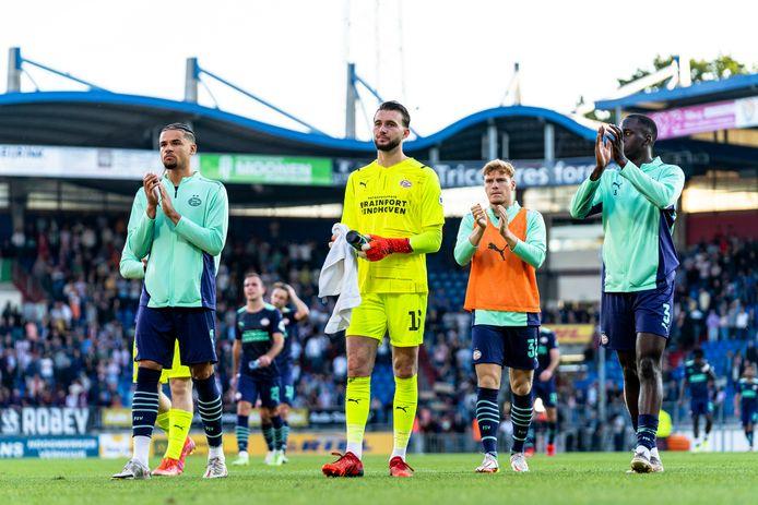 De treurende PSV'ers, met Joël Drommel in het midden, danken het uitpubliek voor de steun.