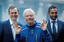 Archiefbeeld. Virgin Galactic-oprichter Richard Branson (midden).