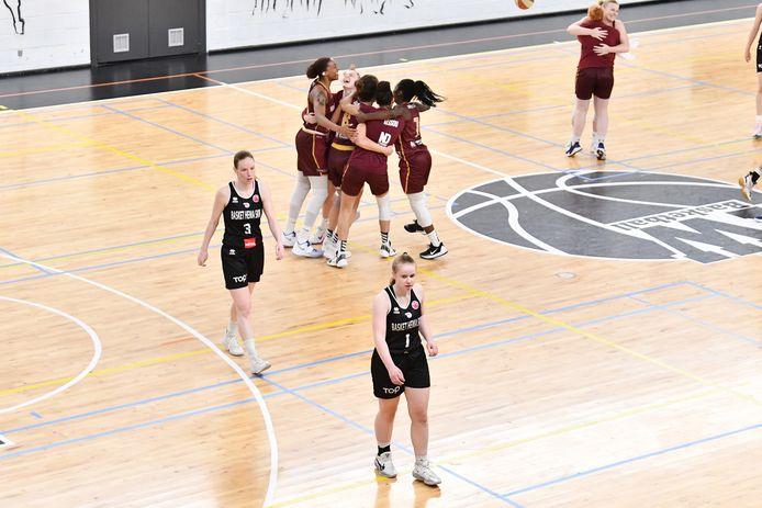 Teleurstelling bij Lut De Meyer en Elena Vielfont na de verloren wedstrijd tegen Namen.