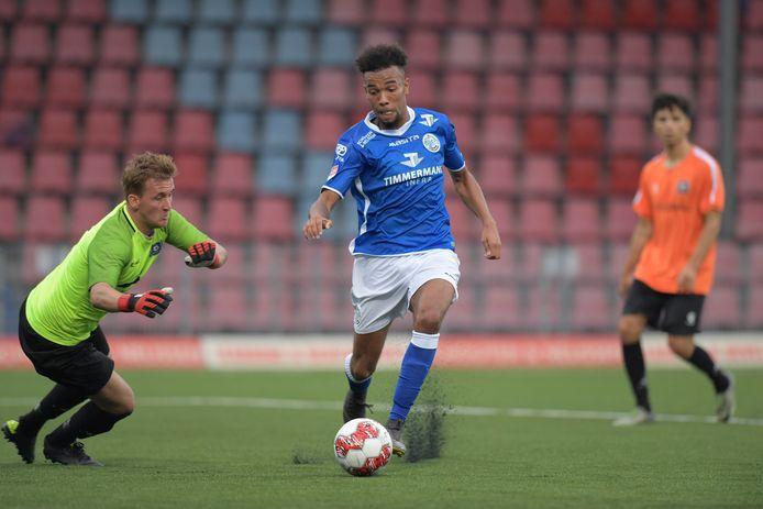 Ryan Trotman is op weg naar een treffer voor FC Den Bosch in de oefenwedstrijd tegen het Regioteam Rotterdam van een jaar geleden (3-1). Op vrijdag 7 augustus oefent FC Den Bosch deze zomer tegen dezelfde tegenstander.