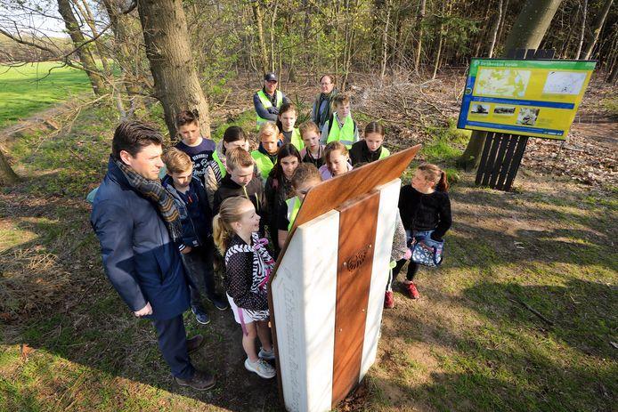 Kinderen van groep zeven en acht van de Mattheusschool in Galder bijeen bij het monument kamp Bisam op de Strijbeekse Heide. De klassen hebben het monument geadopteerd, voor onderhoud, maar nog meer om het verhaal door te vertellen. Ook burgemeester Joerie  Minses was aanwezig.