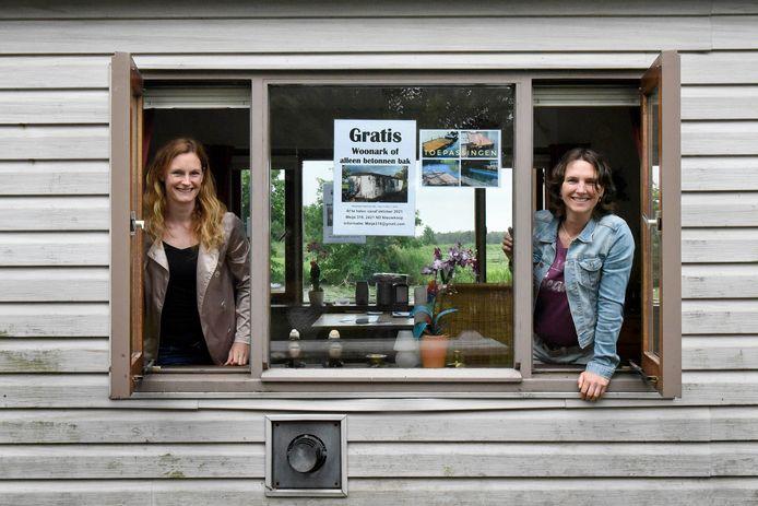 Zussen Tessa en Petra (rechts) Hendriks in hun gratis af te halen woonboot in de Meije.