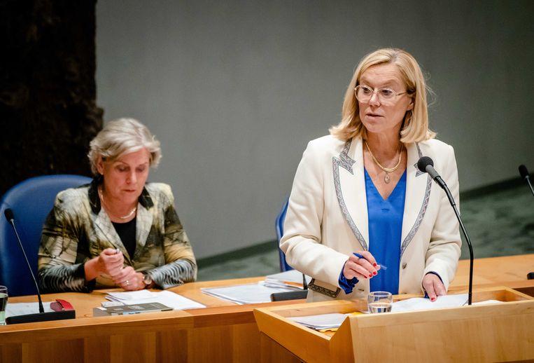 Demissionair minister Kaag van Buitenlandse Zaken (D66) in de Kamer, met achter haar demissionair minister Bijleveld van Defensie (CDA). Beeld ANP