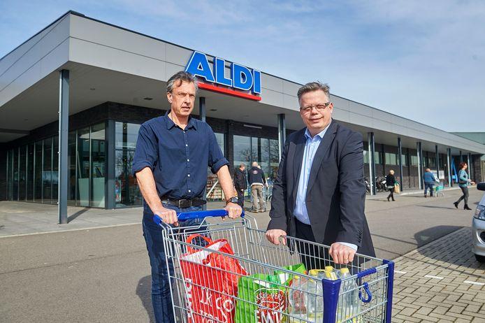 Roland  Werring (links), woordvoerder van de Reekse actiegroep, vocht voor de komst van de discounter naar het dorp. Rechts raadslid Harold van den Broek.