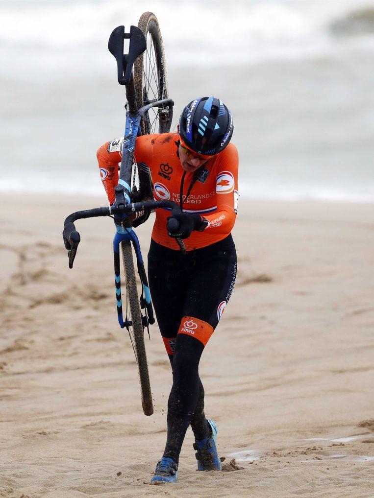 Lucinda Brand in actie tijdens het WK Veldrijden voor dames in Oostende. Beeld ANP