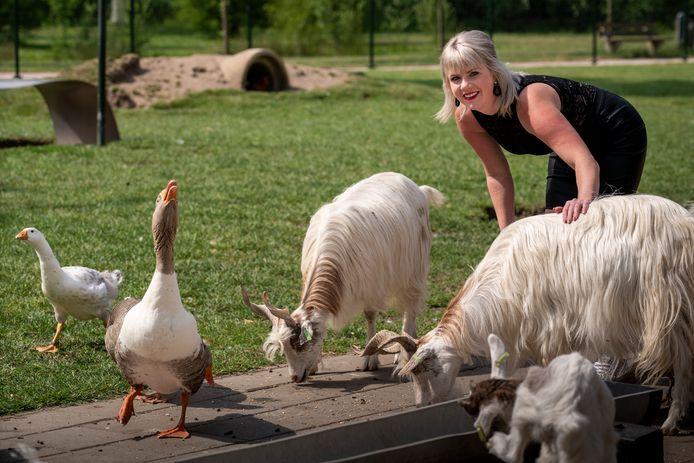 Beheerder Steffie in dierenpark Veronica aan de Lidwinastraat. De parelhoenders zijn inmiddels weg, hoe lang mogen de ganzen nog blijven?