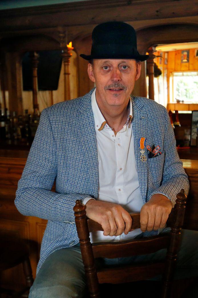 Sjaak Versluis kreeg vrijdag een koninklijke onderscheiding opgespeld.
