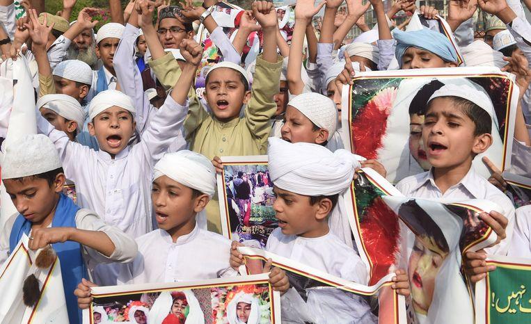 Pakistaanse kinderen in Lahore op 9 april tijdens een betoging tegen de luchtaanval op Kunduz een week eerder.