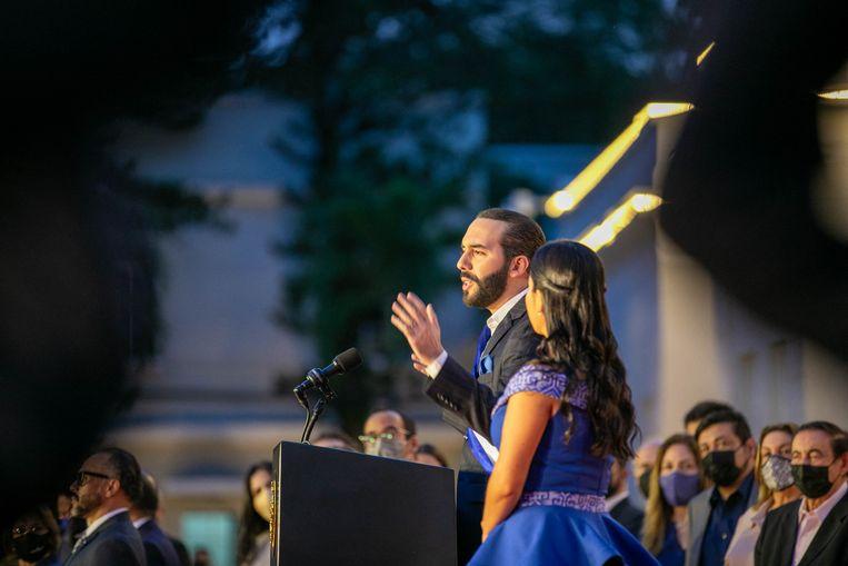 Nayib Bukele speecht met zijn vrouw Gabriela Rodriguez aan zijn zijde. Beeld AFP