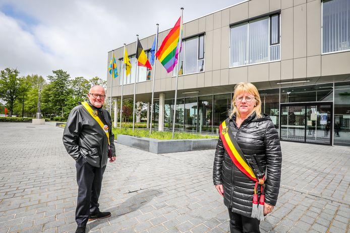 De regenboogvlag aan het gemeentehuis met schepen Dirk Verhaeghe en burgemeester Annick Vermeulen.