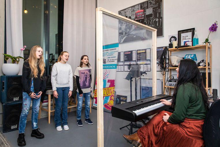 Zangdocente Christa Kauw met haar groep. Beeld Dingena Mol
