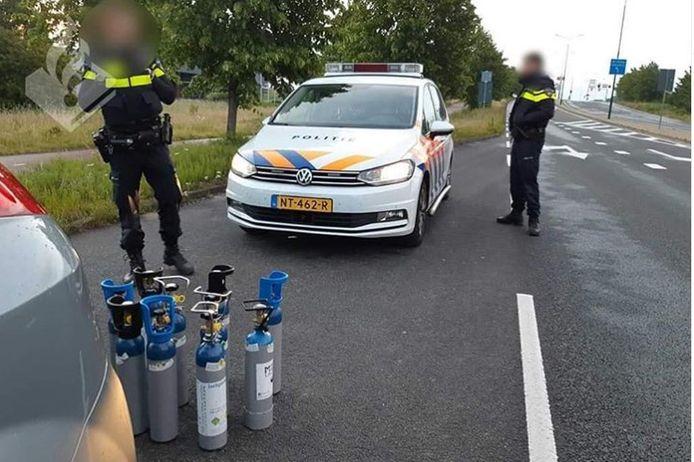 Agenten hebben een transport van tanks met lachgas onderschept.