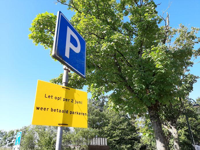 Borden waarschuwen parkeerders dat het betaalde parkeren weer van kracht zal zal met ingang van 2 juni.