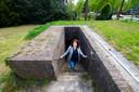 Onderzoeker Machlien Vlasblom in de bunker van Seyss-Inquart in Apeldoorn.