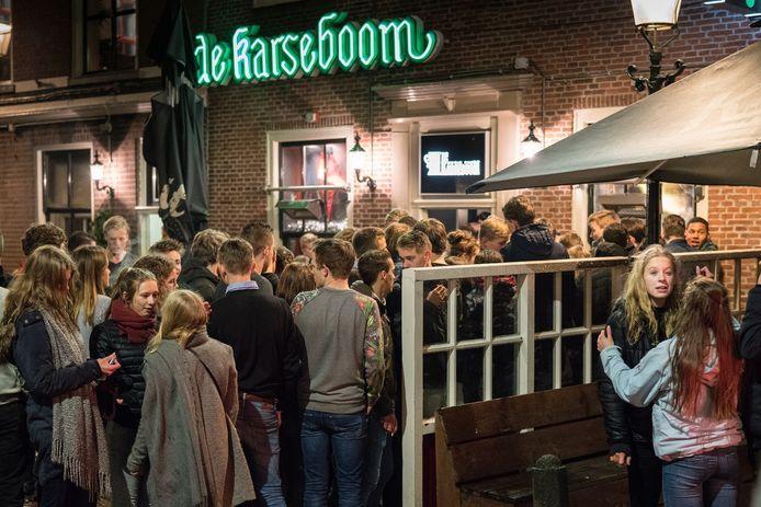 Drukte bij De Karseboom in de Lavendelstraat. De komende weken is het jongerencafé dicht.