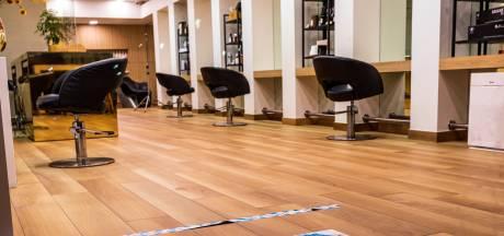 Kappers platgebeld door klanten met coronakapsel, de wachtrij groeit gestaag