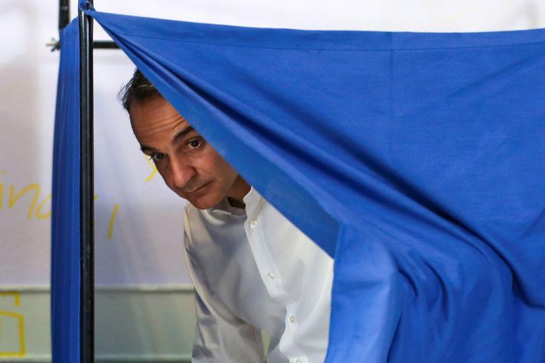 Kyriakos Mitsotakis in het stemhokje bij de verkiezingen op 7 juli van dit jaar. Beeld Reuters