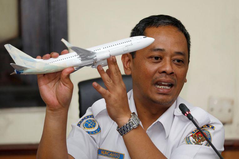 Een functionaris van de transportveiligheidscommissie KNKT woensdag tijdens een persconferentie in Jakarta.   Beeld REUTERS