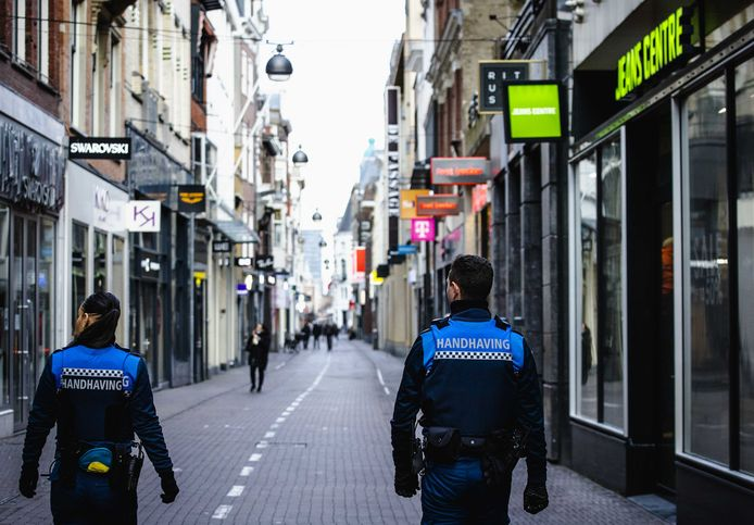 Buitengewoon opsporingsambtenaren (BOA) tijdens een controle in de binnenstad.