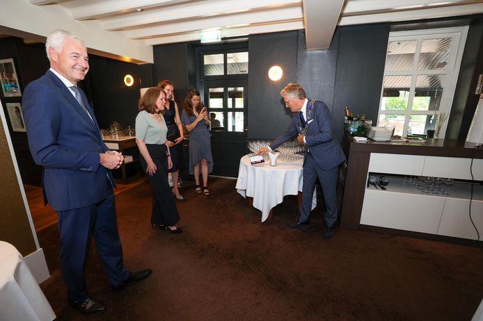 Marc Hendrikse (l) wacht op burgemeester John Jorritsma van Eindhoven die de koninklijke versierselen gaat overhandigen.