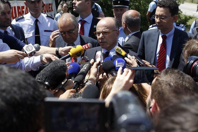 De Franse minister van Binnenlandse Zaken Bernard Cazeneuve geeft een persconferentie. Beeld reuters
