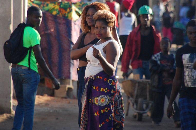 Twee curtidoras in de periferie van Maputo. Beeld Daan Bauwens