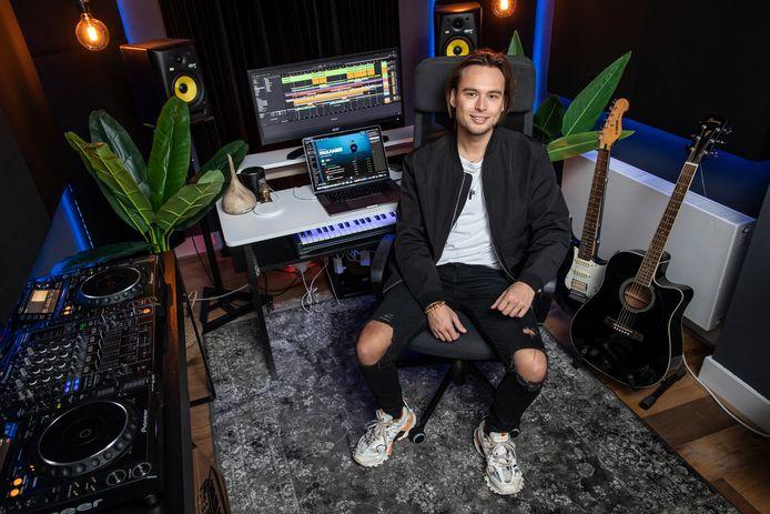 """Nick Faulhaber heeft een van zijn kamers in zijn appartement ingericht als studio. """"Aan de keukentafel ging het niet meer."""""""