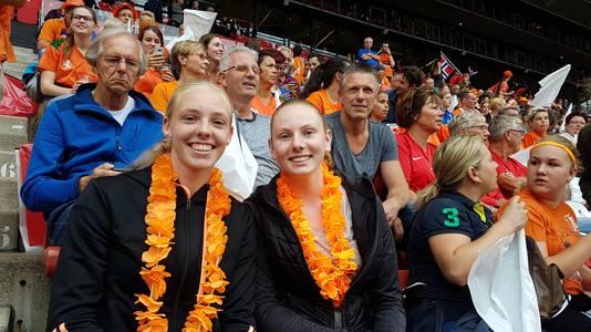 Britt en Brenda met hun schuin achter hen vaders Manfred en Geert